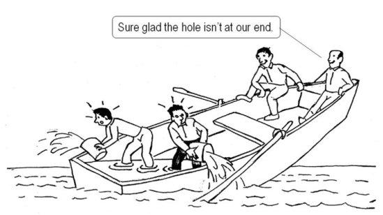 上面的精英 - 幸好船底的破洞不在我們這邊